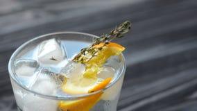 Coctail med citrusfrukter på den mörka trätabellen stock video