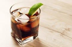 Coctail med cola och is Fotografering för Bildbyråer