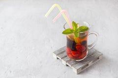 Coctail med den svarta vinbäret, jordgubben, mintkaramellen och limefrukt svalnande drinksommar royaltyfri fotografi