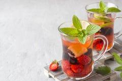 Coctail med den svarta vinbäret, jordgubben, mintkaramellen och limefrukt svalnande drinksommar arkivfoto