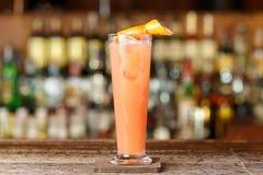 Coctail med gin- och grapefruktfruktsaft arkivfoton
