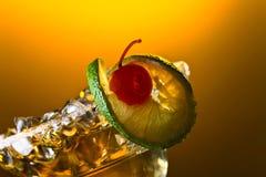 Coctail med körsbäret och limefrukt Royaltyfri Fotografi