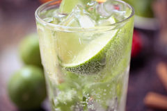 Coctail med limefrukt och is royaltyfria foton