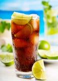 Coctail med limefrukt och Cola Fotografering för Bildbyråer