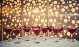 Coctail med tranbärfruktsaft och vodka på en tabell Arkivbild