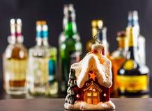 Coctail och härlig jul inhyser, undersöker, buteljerar bakgrund Fotografering för Bildbyråer