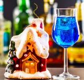 Coctail och härlig jul inhyser, undersöker, buteljerar bakgrund Royaltyfria Bilder