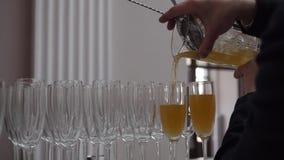 Coctail som häller från en shaker in i exponeringsglas