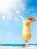 Coctail tropicale fresco sulla spiaggia piena di sole Immagini Stock Libere da Diritti