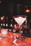 coctail vit sambuca, tequila, gin, is, rosmarinsirap, vanilj, kall uppfriskande drinkstång Royaltyfria Bilder