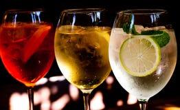 Coctailar: aperolen spritz, sprizz (spriss), Martini royale (mörk bakgrund) Mousserande vin Champagne Royaltyfri Foto