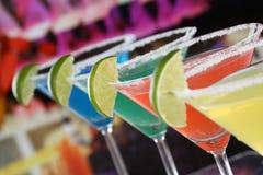 Coctailar i Martini exponeringsglas i en stång Arkivbilder