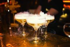 Coctailar med rök i nattklubben royaltyfria bilder