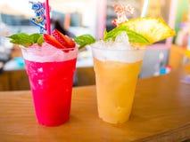 Coctailar och läsk jordgubbe och ananas för Closeup två på tabellen fotografering för bildbyråer