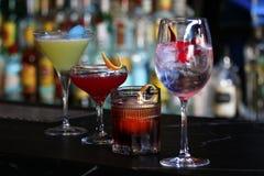 Coctailar på olika dricka exponeringsglas Arkivfoto