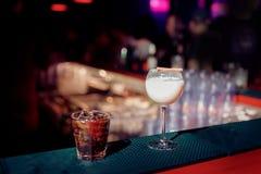 Coctailar på stången, whisky i exponeringsglas fotografering för bildbyråer