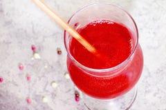 Coctailar som är röda med, blänker ovanf?r sikt Coctail med sugr?r sommarläsk, konfettier arkivbilder