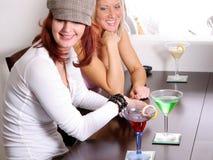 coctailar som har två kvinnor royaltyfri fotografi