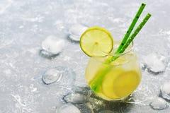 Coctaildrink med limefrukt och is förnyande sommar för drink Begreppet av sommar placera text Arkivbilder
