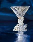 Coctailexponeringsglas mot blå bakgrund royaltyfri bild
