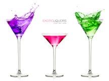 Coctailexponeringsglas mycket av färgrika drinkar Uppsättning av exotiska starksprit med prövkopiatext arkivfoto