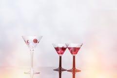 Coctailexponeringsglas som fylls med is Royaltyfria Foton