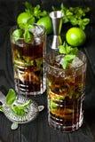 CoctailKubalibre i exponeringsglas på mörk bakgrund royaltyfri bild