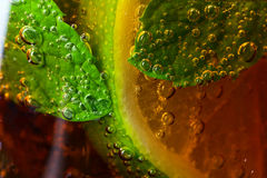 CoctailKubalibre med limefrukt- och pepparmintsidor arkivfoto