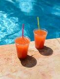 Coctails cerca de una piscina foto de archivo libre de regalías