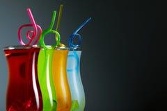 Coctails coloridos com palha, verão fotografia de stock