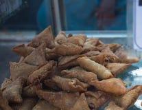 Coctailsamosas - indiskt djupt stekt mellanmål på gatan arkivfoton