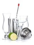 Coctailshaker, exponeringsglas, utensils och limefrukt royaltyfria bilder