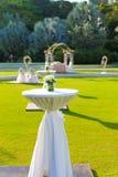 Coctailtabell och med bröllopbågebakgrund Fotografering för Bildbyråer