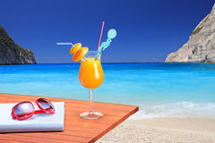 Coctel anaranjado en un vector de la playa Foto de archivo libre de regalías