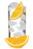 Coctel con ginebra y la naranja con hielo imágenes de archivo libres de regalías