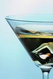Coctel con hielo en el vidrio de Martini Foto de archivo