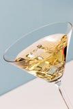 Coctel con hielo en el vidrio de Martini Imagen de archivo libre de regalías
