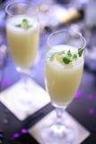 Coctel con la hoja de la menta fresca en dos vidrios del vástago Foto de archivo libre de regalías