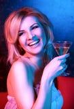 Coctel de consumición de la mujer bonita en club nocturno imagen de archivo