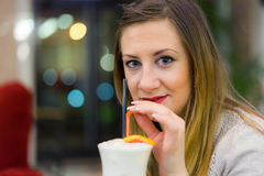 Coctel de consumición de la mujer joven Fotos de archivo