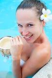 Coctel de consumición de la mujer sonriente bonita Foto de archivo libre de regalías