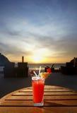 Coctel dulce en la playa de la puesta del sol imagen de archivo