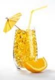 Coctel sano de la vitamina: píldoras amarillas en vidrio Imagen de archivo