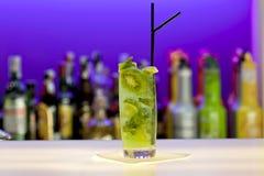Coctel verde de la manzana en barra fotos de archivo