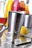 Coctelera de cóctel con los descensos del agua, utensilios de la barra Imagen de archivo libre de regalías
