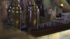 Coctelera de cóctel y cubilete para las bebidas de la preparación en contador de la barra en cierre del pub para arriba Utensilio metrajes