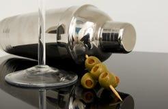 Coctelera de coctel con las aceitunas Foto de archivo libre de regalías