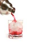 Coctelera de coctel y vidrio de la bebida roja Foto de archivo