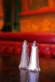 Coctelera de sal clásicas y de pimienta en un restaurante Imagen de archivo