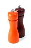 Coctelera de sal y de pimienta en el fondo blanco Imagen de archivo libre de regalías